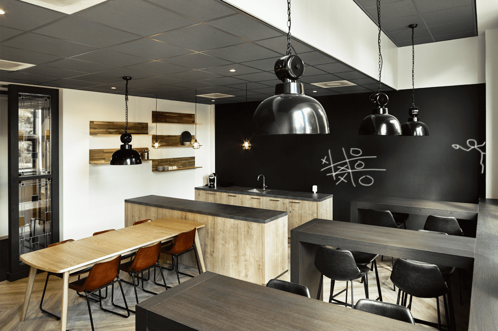 Nieuw ingerichte ontmoetingsplek : kantine in verzamelkantoor Hilversum Een