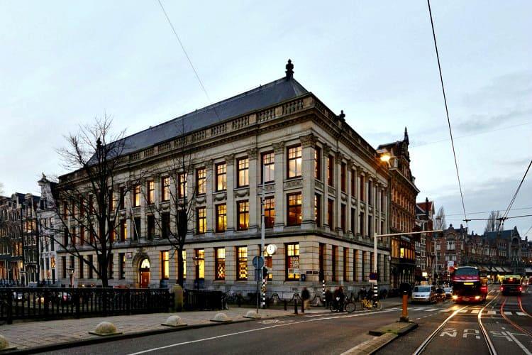kantoor in voormalig bankgebouw in de buurt van paleis op de dam amsterdam