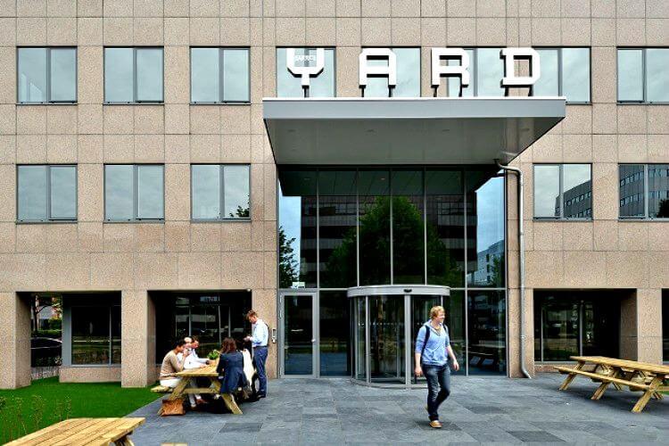 opvallend kantoorgebouw in het bekende kantoorgebied in amsterdam zuid oost